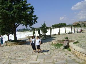 ruinas de hierápolis com piscinas ao fundo