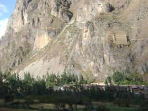 montanha em frente a olantaytambo