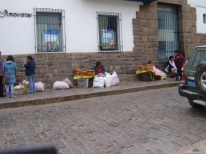 pela manhã - Venda de pão na rua de cuzco