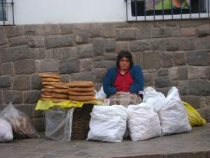 Cuzquenha vendendo pão na rua